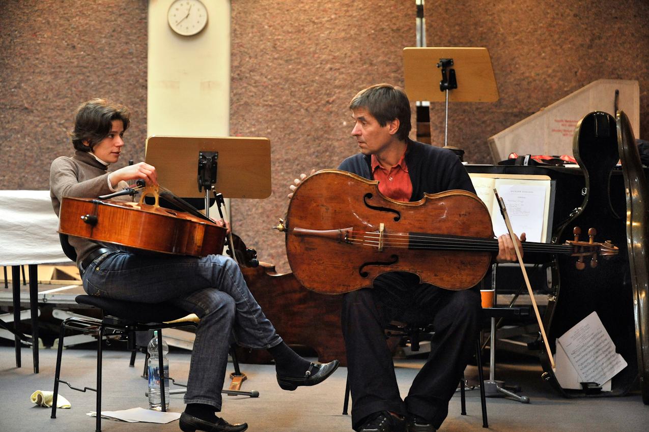 Pause. Reimund Korupp bespricht sich mit seiner Kollegin Katharina Uzal. Probenraum der Heidelberger Philharmoniker 07.05.2010.