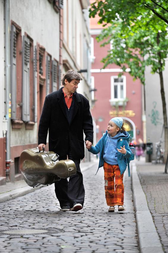 """""""Papa, jetzt hor du mal zu!"""" Der Cellist Reimund Korupp holt seine Tochter Aviva von der Schule ab. Heidelberg 07.05.2010."""
