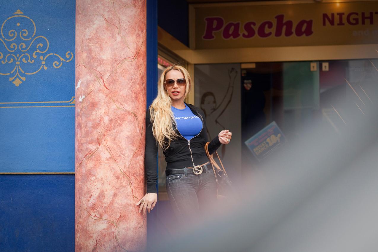 """Die transsexuelle Valeria steht im Eingang des """"Pascha"""". Das berühmte Kölner Bordell ist nach eigenen Angaben das größte Laufhaus Europas. Auf 10 Stockwerke verteilt finden sich 126 Appartements, Bistros, Beautycenter, eine Boutique, ein Sonnenstudio und ein Waschsalon. Das """"Pascha"""" ist eine Welt für sich und Arbeitsplatz von etwa 150 Huren. Die 7. Etage ist dabei ausschließlich transsexuellen Prostituierten und deren Freiern vorbehalten."""