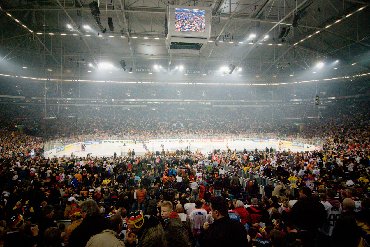 In der zu einem Eishockeystadium umfunktionierten Fussball-Arena von Schalke 04 findet das Auftaktspiel der IIHF-Eishockey WM am 7.Mai 2010 statt. Vor der Weltrekordkulisse von knapp 78.000 begeisterten Zuschauern gewinnt die deutsche Eishockey Nationalmannschaft ihr Auftaktspiel der Eishockey-WM 2010 gegen die USA mit 2:1 nach Verlängerung.