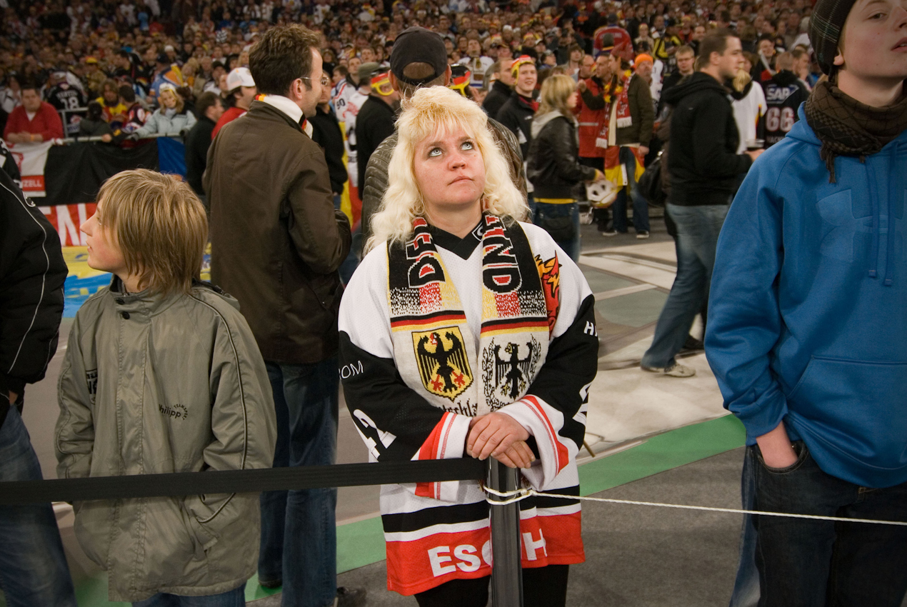 Zuschauerin nach dem Betreten der fur Eishockey-Zuschauer ungewohnten Stadionkulisse. Vor der Weltrekordkulisse von knapp 78.000 begeisterten Zuschauern gewinnt die deutsche Eishockey Nationalmannschaft ihr Auftaktspiel der Eishockey-WM 2010 gegen die USA mit 2:1 nach Verlängerung.