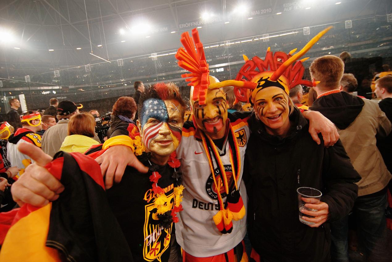 Vor der Weltrekordkulisse von knapp 78.000 begeisterten Zuschauern gewinnt die deutsche Eishockey Nationalmannschaft ihr Auftaktspiel der Eishockey-WM 2010 gegen die USA mit 2:1 nach Verlängerung.
