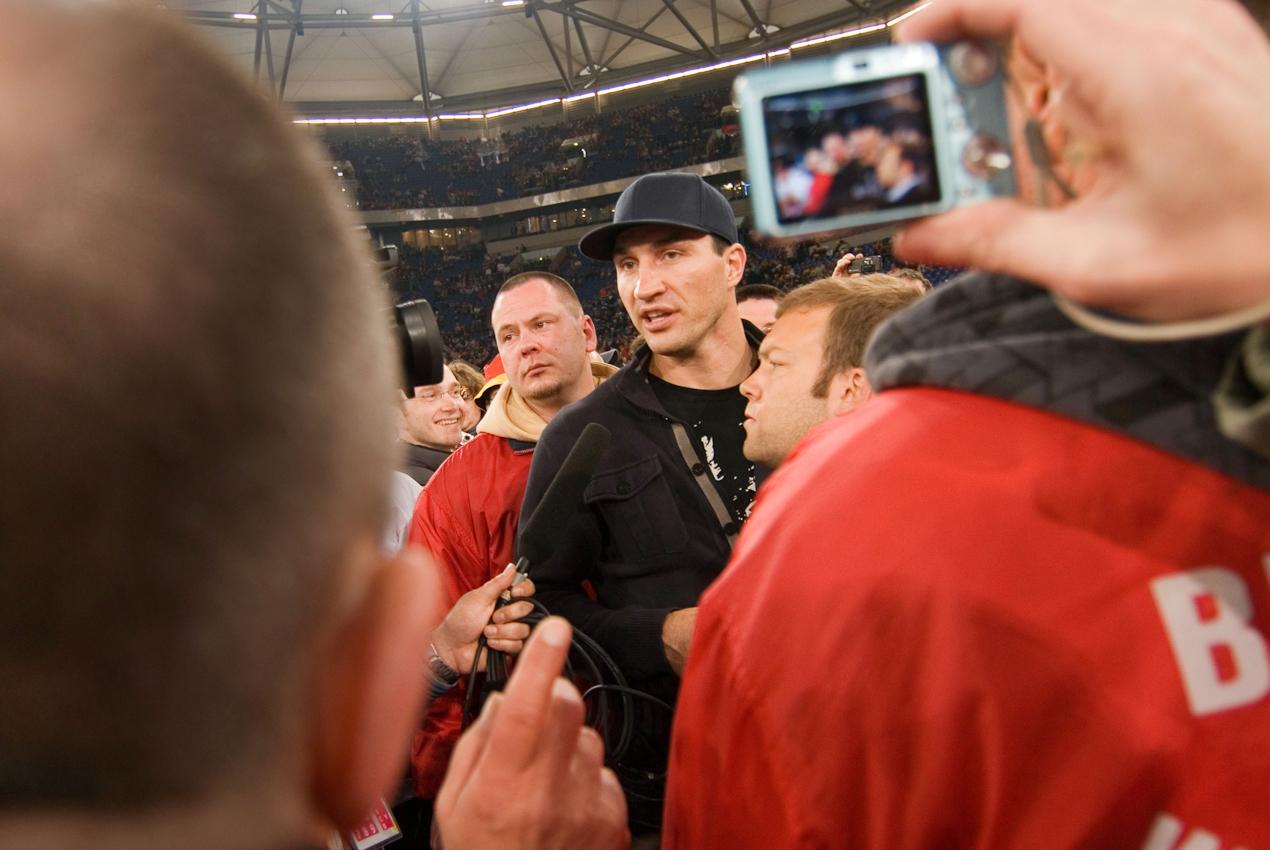 Box-Weltmeister Wladimir Klitschko beim Besuch des Eroffnungspiels der IIHF-Eishockey-WM 2010 in der Arena Auf Schalke in Gelsenkirchen. Vor der Weltrekordkulisse von knapp 78.000 begeisterten Zuschauern gewinnt die deutsche Eishockey Nationalmannschaft ihr Auftaktspiel der Eishockey-WM 2010 gegen die USA mit 2:1 nach Verlängerung.