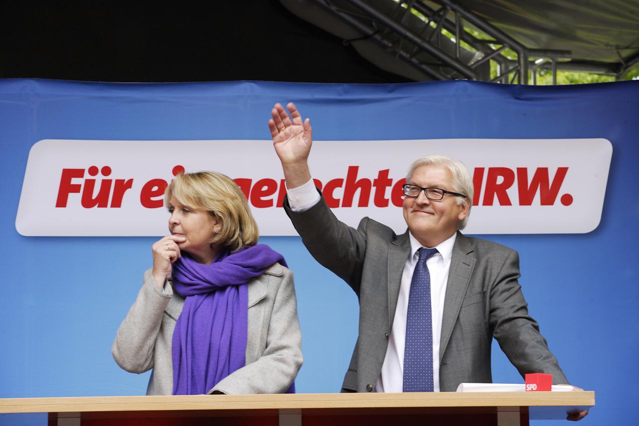 Während der Vorsitzende der SPD, Frank-Walter Steinmeier in die Menge grüßt, scheint Hannelore Kraft noch einen Gedanken zu verfolgen.