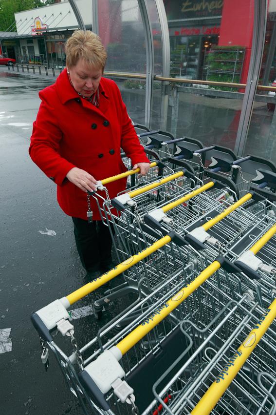 Frau mit Einkaufswagen beim Einkaufen in einem Oberhausener Supermarkt.