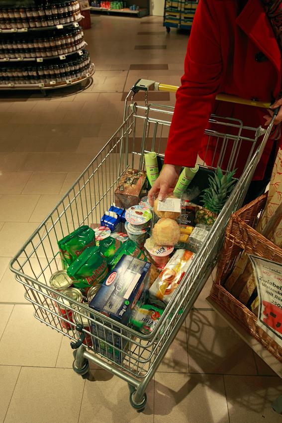 Einkaufswagen in einem Supermarkt gefüllt mit Lebensmitteln.