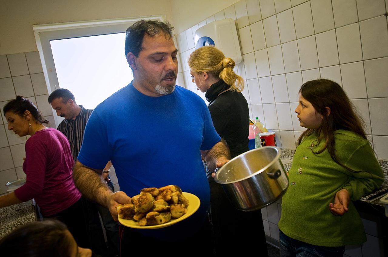 Arif Gasjoni, ein Roma aus dem Kosovo, und ein Teil seiner 11-köpfigen Familie kochen in der Gemeinschaftküche. Für die 65 in der Gemeinschaftsunterkunft Meinersen untergebrachen Menschen gibt es zwei Gemeinschaftsküchen, eine Herrentoilette und eine Damentoilette.