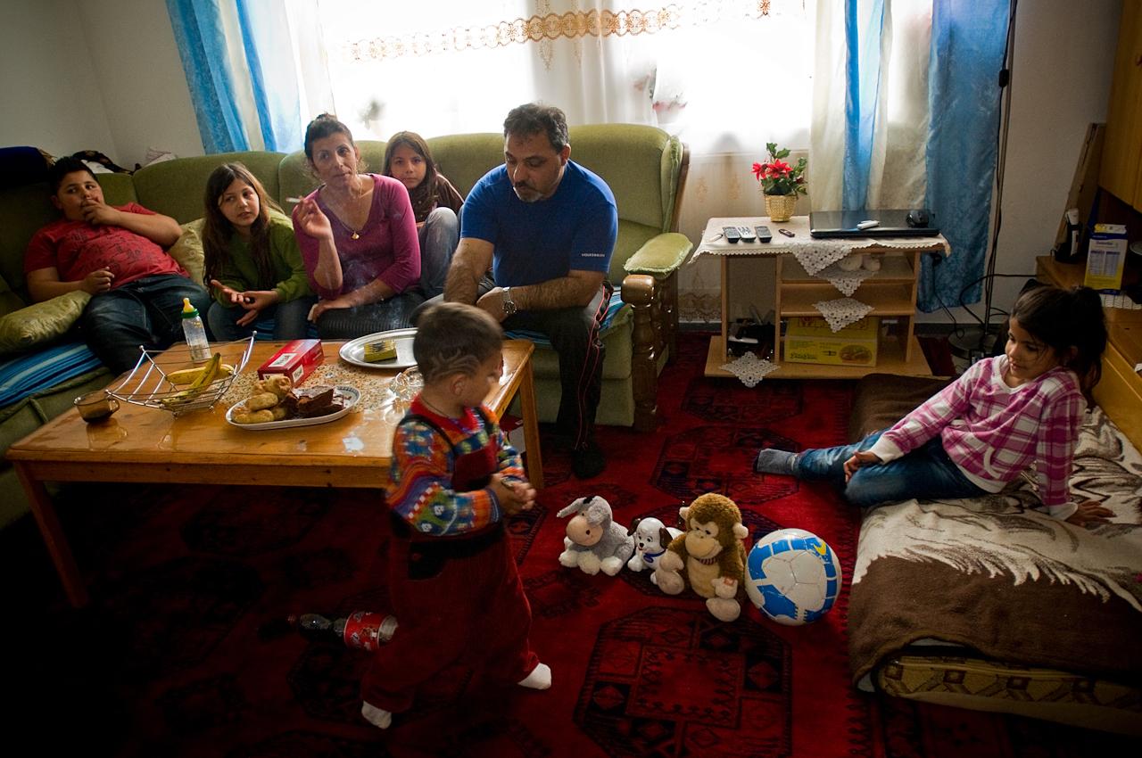 Arif Gasjoni und ein Teil seiner 11-köpfigen Familie verweilen in der Gemeinschaftsunterkunft.
